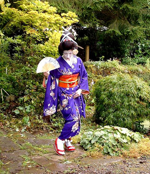 geisha-in-scottish-garden