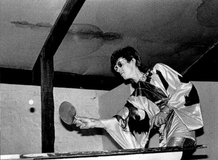 david-bowie-playing-ping-pong-in-a-kimono